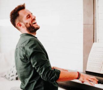פסנתרן מחייך