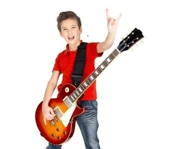 ילד עם גיטרה